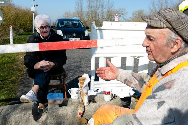 Osemdesiatpäťročná Inga Rasmussenová z Dánska a osemdesiatdeväťročný Karsten Tüchsen Hansen z Nemecka sa každý deň stretávajú na nemecko-dánskom hraničnom priechode neďaleko mesta Aventoft.