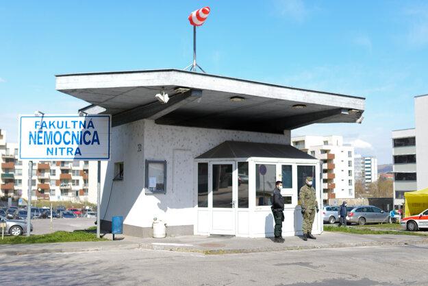Kontrola pri vstupe do fakultnej nemocnice v Nitre.