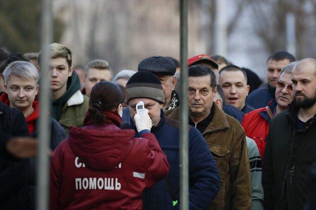 Zdravotník meral teplotu fanúšikom pred futbalovým zápasom v bieloruskom meste Gorodeya.