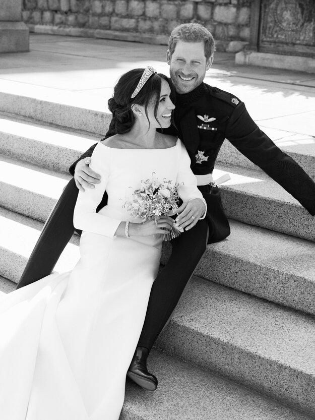 Na snímke, ktorú 21. mája 2018 zverenil Kensingstonský palác je oficiálna svadobná fotografia britského princa Harryho a Meghan Markleovej po sobáši na východnej terase kráľovského zámku vo Windsore.