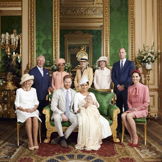 Na oficiálnej snímke z krstu britský princ Harry (sediaci uprostred) a jeho manželka Meghan so svojím synom Archiem 6. júla 2019 vo Windsorskom zámku.