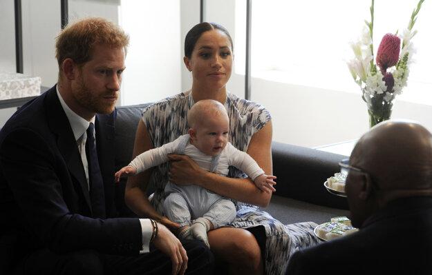 Britský princ Harry, jeho manželka Meghan, ich štvormesačný syn Archie a juhoafrický emeritný arcibiskup Desmond Tutu počas stretnutia v Kapskom Meste.