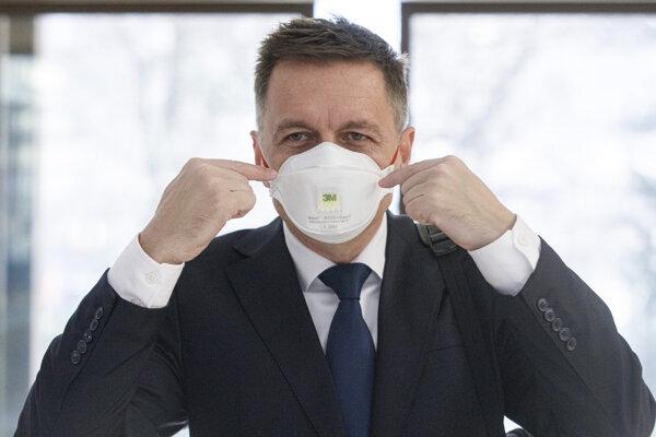Guvernér NBS Peter Kažimír prichádza na rokovanie vlády 18. marca 2020.
