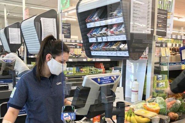 Pri pokladniach v obchodoch pribudli ochranné plexisklá.