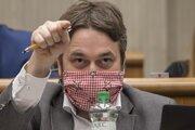 Na snímke poslanec Národnej rady Ľuboš Blaha (Smer) počas rokovania 4. schôdze parlamentu v Bratislave 1. apríla 2020.