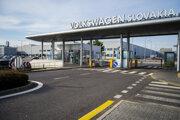 Vstupná brána do automobilky Volkswagen Slovakia 17. marca 2020.