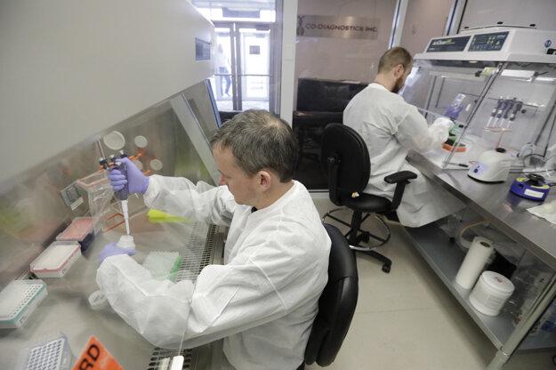 Laboratórni technici  spoločnosti Co-Diagnostic vyrábajú testovacie kity na ochorenie COVID-19 v laboratóriu v americkom meste Salt Lake City.