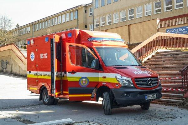 Mobilné odbery robia pri schodoch, na vstupe do považskobystrickej nemocnice.