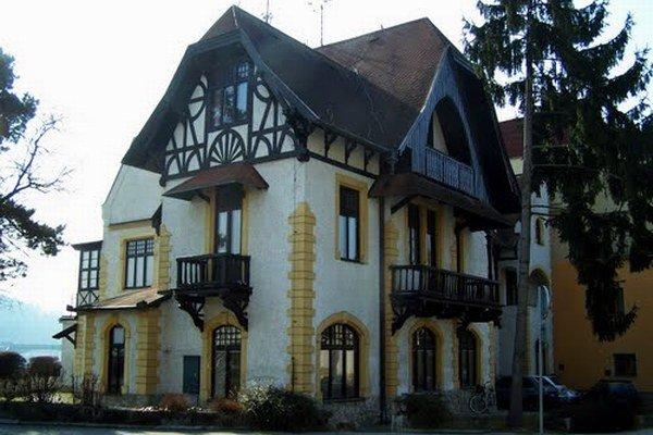 Vila Löger v Piešťanoch stojí v blízkosti Kolonádového mosta.