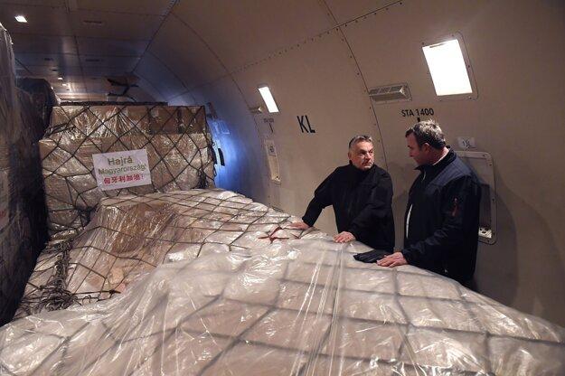 Maďarský premiér Viktor Orbán (vľavo) a maďarský minister pre inovácie a technológiu Lászlo Palkovics stoja na palube čínskeho lietadla, ktoré priviezlo zdravotnícky materiál z Číny.