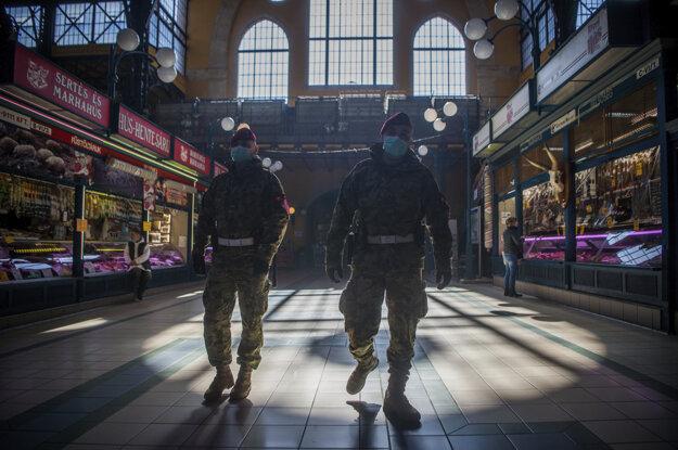 Armádni vojaci hliadkujú na trhovisku v Budapešti.