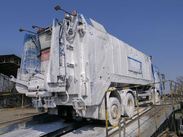 Čistenie a dezinfekcia vozidiel Nitrianskych komunálnych služieb zabezpečujúcich vývoz domového odpadu prostriedkami so zvýšenou koncentráciou oproti bežným podmienkam.