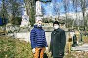 Doslova pod rúškom tajomstva. Marcel Páleš a Michal Várošík pri hrobe Andreja Sládkoviča.