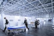 Vojaci zriaďujú provizórnu kliniku na liečbu ľudí nakazených koronavírusom na výstavisku v Hannoveri.