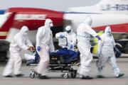 Prevoz pacienta vo vážnom stave v dôsledku ochorenia COVID-19 na medzinárodnom letisku v Drážďanoch.