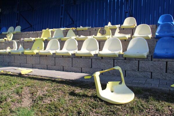 Celkovo vandali poškodili 27 sedačiek.