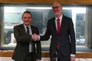 Christophe Léonzi, francúzsky veľvyslanec (vľavo) a Joachim Bleicker, nemecký veľvyslanec.