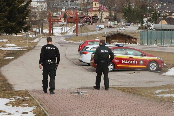 Turistov na Donovaloch ubudlo, pribudlo policajtov a hasičov. V rekreačnom stredisku sa totiž nachádza aj karanténne centrum