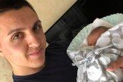 Šťastný otec Stanislav Danko drží v náručí malého Stanka, ktorý mu robí veľkú radosť.