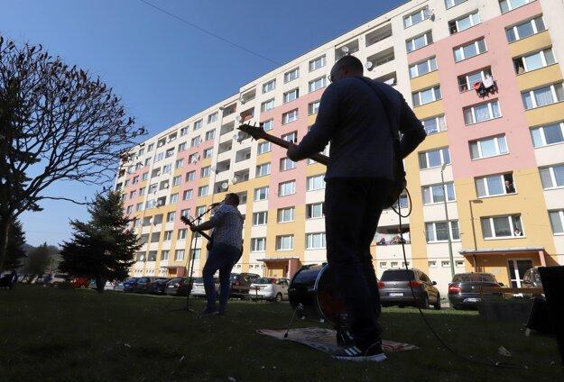 Žiarska kapela JankoKulich& Kolegium sa rozhodla priniesť kultúru obyvateľom mesta priamo pod ich okná.
