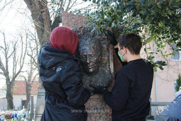 Osadzovanie busty Ľuda Zúbka.