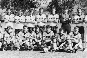 Mužstvo dospelých v 90. rokoch minulého storočia v legendárnych bielo-čiernych dresoch.