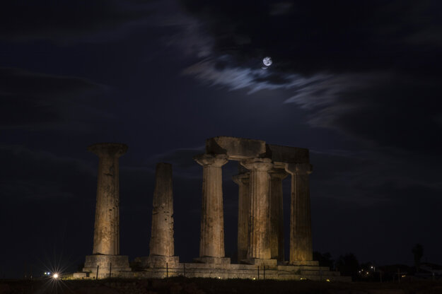 Supermesiac nad Aténami.
