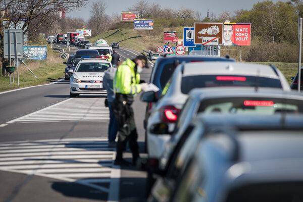 Policajné kontroly na ceste z Bratislavy do Stupavy.