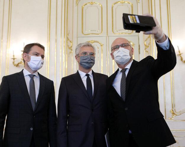 Prezidentka vymenovala za ministra zahraničných vecí a európskych záležitostí Ivana Korčoka (uprostred).