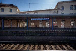 Priestory Hlavnej stanice v Bratislave sú štandardné plné, od polnoci ale platia prísne obmedzenia pohybu ľudí.