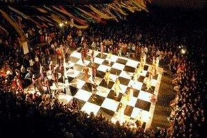 Na šachovnicu sa opäť postavia živé figúrky.