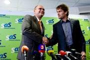 Predseda SAS Richard Sulík a Igor Matovič z hnutia Obyčajní ľudia počas tlačovej konferencie kde prezentovali podpísanie spoločnej dohody v lete 2010