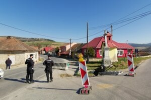 Polícia pri  žehrianskej karanténe.
