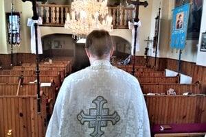 Kňaz Martin Barna hovorí, že so svojimi farníkmi je v kontakte. Síce nie osobne, ale telefonicky a cez sociálne siete. V nedeľu slúžil liturgiu tak ako po iné roky, ale bez verejnosti.