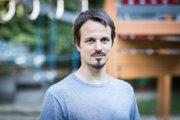 Matej Štepita (38) vyštudoval psychológiu na Univerzite Komenského v Bratislave. Pracoval v centre pre obete domáceho násilia, v detskom domove aj v škole. Osem rokov viedol projekt pre rodiny s deťmi s hyperaktivitou, poruchami pozornosti a správania. Momentálne pôsobí ako poradca na voľnej nohe. Venuje sa rodinám, dospelým aj mladým ľuďom s rôznymi trápeniami a vzdeláva v témach ADHD a ADD. Pôsobí tiež ako učiteľ jogy s dôrazom na podporu a rozvoj duševného zdravia.