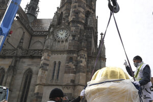 Na snímke inštalácia makovice na Urbanovu vežu, dole pred makovicou kapsule, v pozadí Dóm sv. Alžbety.