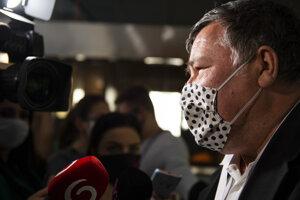 Infektológ Vladimír Krčméry prichádza na rokovanie Ústredného krízového štábu 15. apríla 2020 v Bratislave.