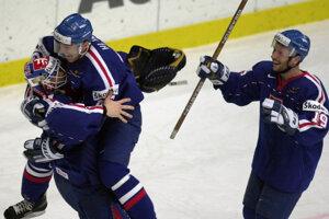 Ľubomír Hurtaj (vpravo) sa teší so spoluhráčmi po výhre nad Fínskom v semifinále MS v hokeji 2000.