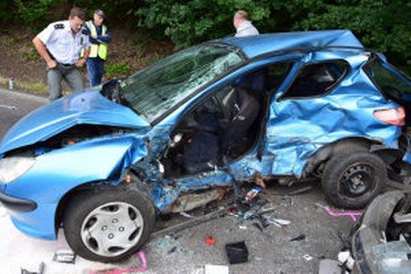 Takto vyzeral po nehode Peugeot 206, ktorý viedla mladá žena.