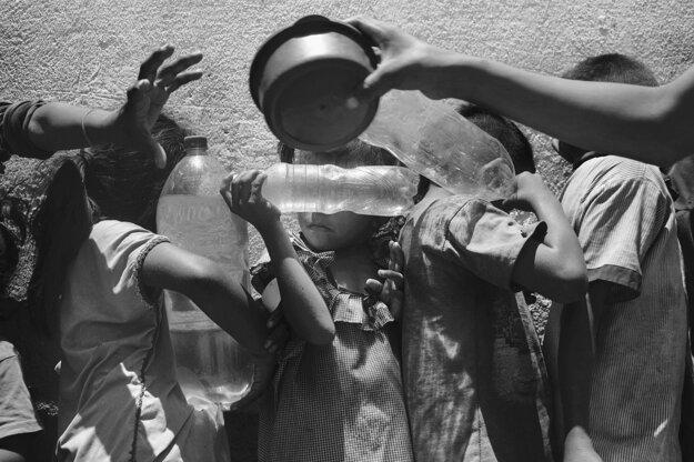 Nicolo Filippo Rosso. Záber venezuelských detí, ktoré čakajú na jedlo, je súčasťou série, ktorá získala tretiu cenu v kategórii Príbehy súčasných problémov.