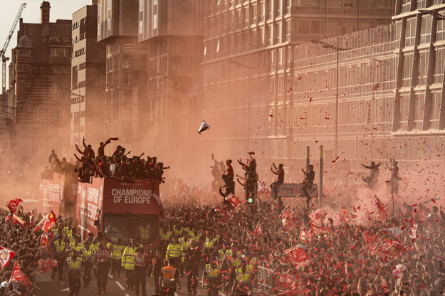 Oli Scarff (AFP)získal tretiu cenu v kategórii Šport. Fanúšikovia Liverpoolu oslavujú výhru vo finále Ligy majstrov.