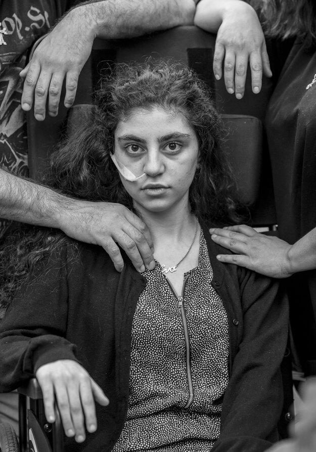 Tomek Kaczor získal prvú cenu v kategórii Portrét. Na zábere je 15-ročná arménska dievčina, ktorá sa prebudila z katatonického stavu a sedí na invalidnom vozíku po boku svojich rodičov v utečeneckom stredisku v Podkowa Lesna