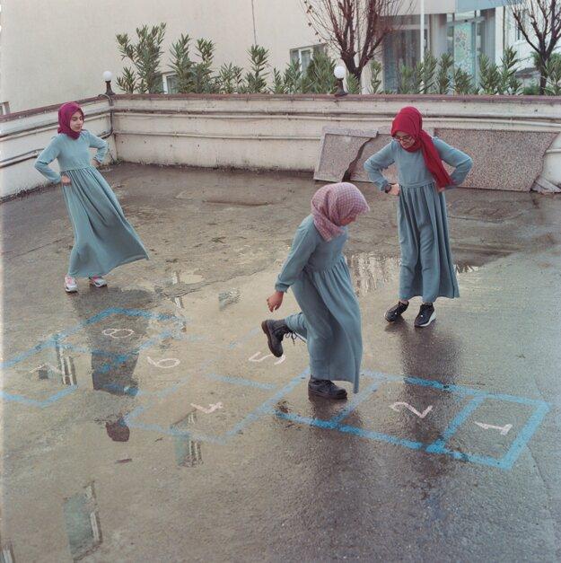 Sabiha Cimen. Záber študentov na dvore školy v Istanbule je súčasť série, ktorá získala druhú cenu v kategórii Dlhodobé projekty.
