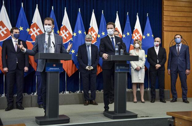 Predseda vlády SR Igor Matovič a minister financií SR Eduard Heger počas tlačovej konferencie po stretnutí s poprednými slovenskými ekonómami.