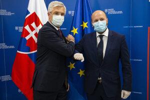 Minister zahraničných vecí a európskych záležitostí Ivan Korčok a vpravo minister obrany Jaroslav Naď.