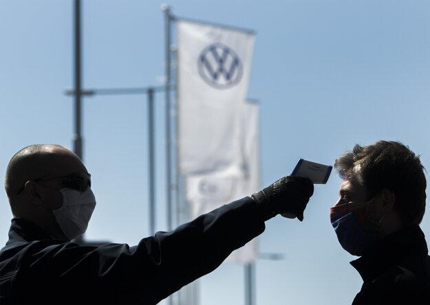 Bratislavský Volkswagen po niekoľkotýždňovej prestávke čiastočne obnovil výrobu automobilov.