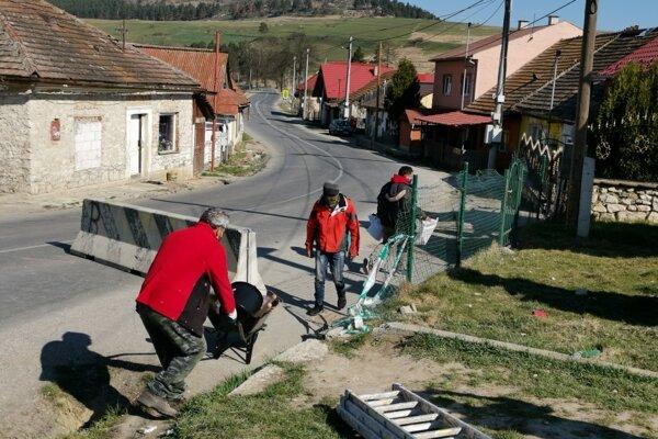 Ladislav Dunka, obecný údržbár, dáva materiál i nástroje na opravu čistiarne odpadových vôd chlapom z karantény.