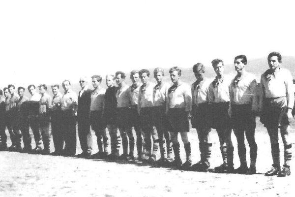 Futbalisti TJ Sokol Bobrov (vpravo) z roku 1960 vo výstroji darovanej z USA.
