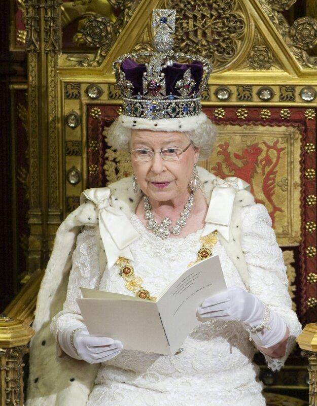 Na zasadnutí Snemovne lordov pri otvorení britského parlamentu 3. decembra 2008 v Londýne s korunou na hlave, ozdobenou viac ako 2000 diamantmi.