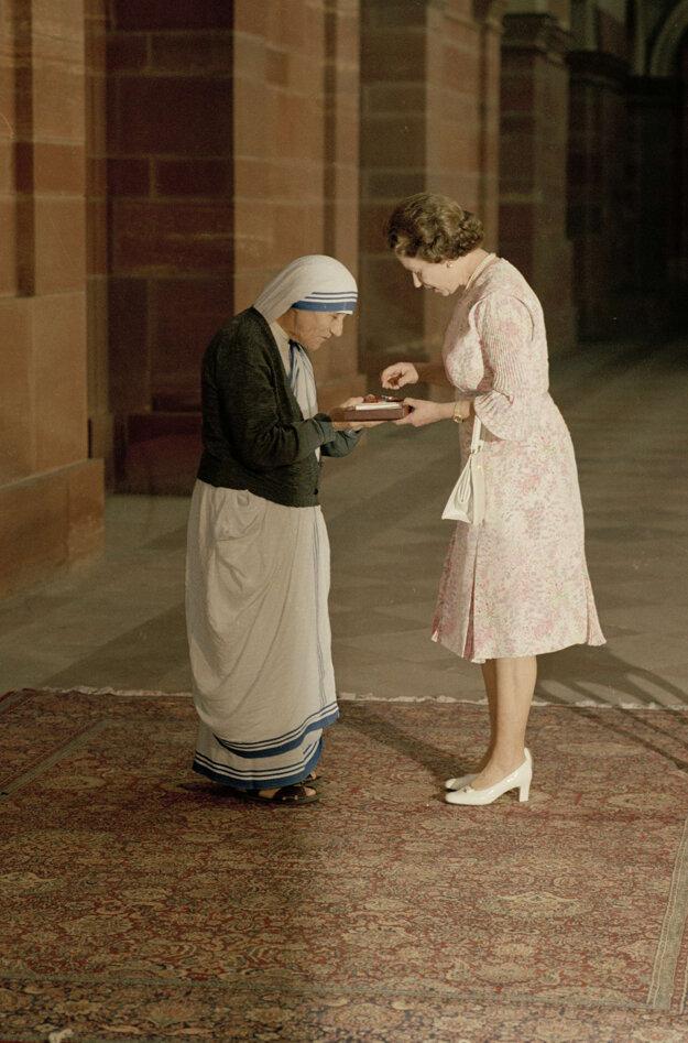 Na snímke z 24. novembra 1983 britská kráľovná Alžbeta II. a Matka Tereza v indickom Naí Dillí.